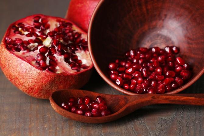 Фрукт гранат имеет прекрасные вкусовые характеристики, кроме этого он богат витаминами