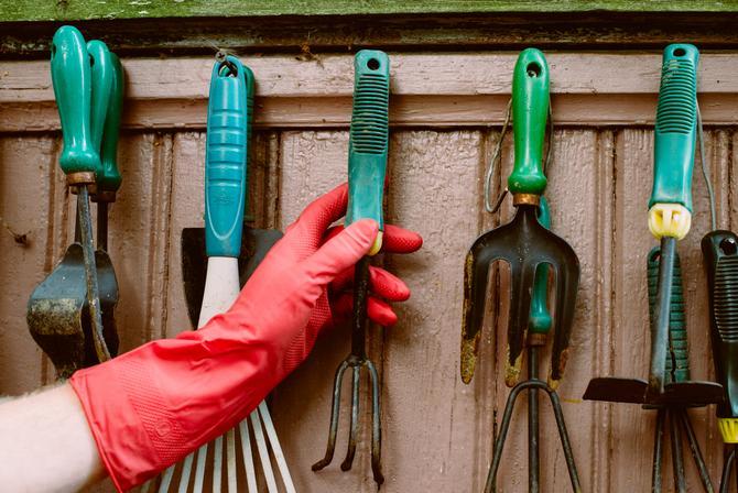 садовый инвентарь нужно тщательно осмотреть и при необходимости помыть