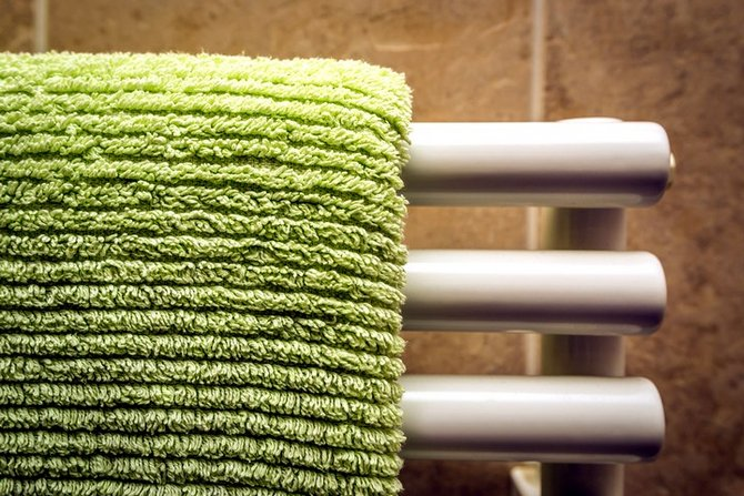 способ поддержания влажности воздуха в зимний период – это мокрое полотенце на отопительной батарее