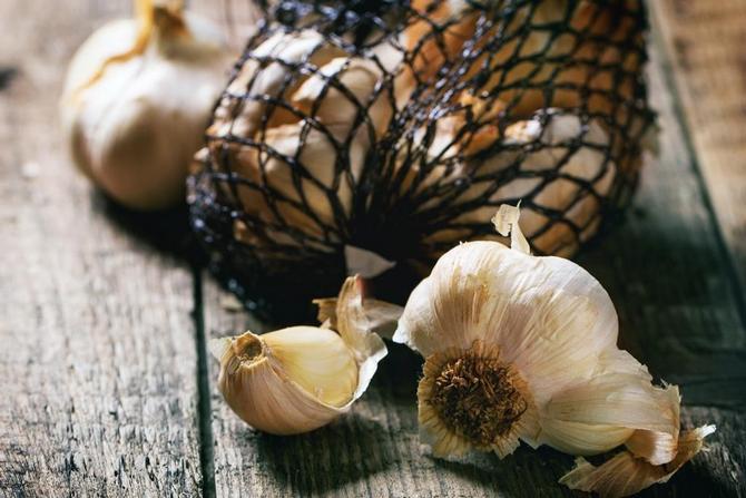 В капроновые сетки с большими ячейками насыпают чеснок и, как и в предыдущем способе, подвешивают поближе к потолку