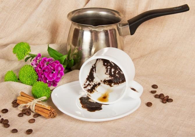 Использованная чайная заварка и кофейная гуща – это отличное удобрение.