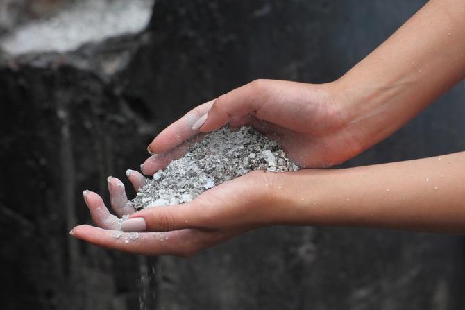 Опыление почвы вокруг растений для борьбы со слизнями