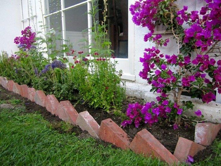 Оформление цветников вдоль живых изгородей, стен и заборов