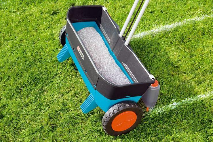 В период осеннего мульчирования рекомендуется проводить аэрацию газона, а также вносить удобрения